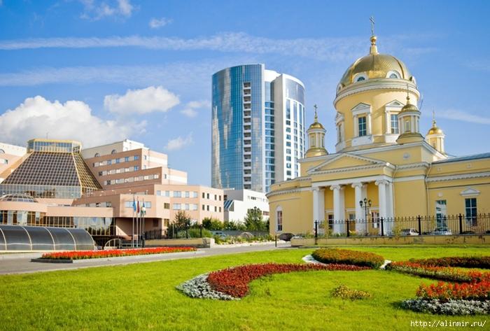 1384865268_Ekaterinburg_SvyatoTroickiy_kafedral_nuyy_sobor (700x473, 277Kb)