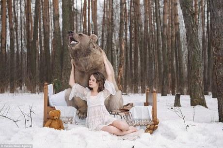 фотосессия в обнимку с медведем 5 (460x306, 133Kb)