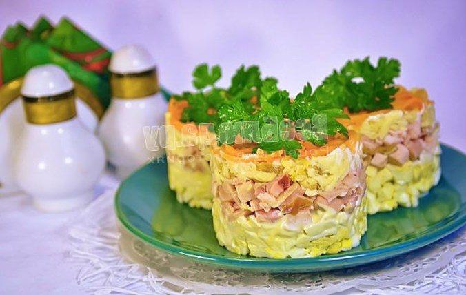 Салат с копченым сыром и ветчиной