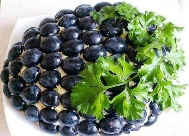 Salat_s_kyricei_Grozd_vinograda