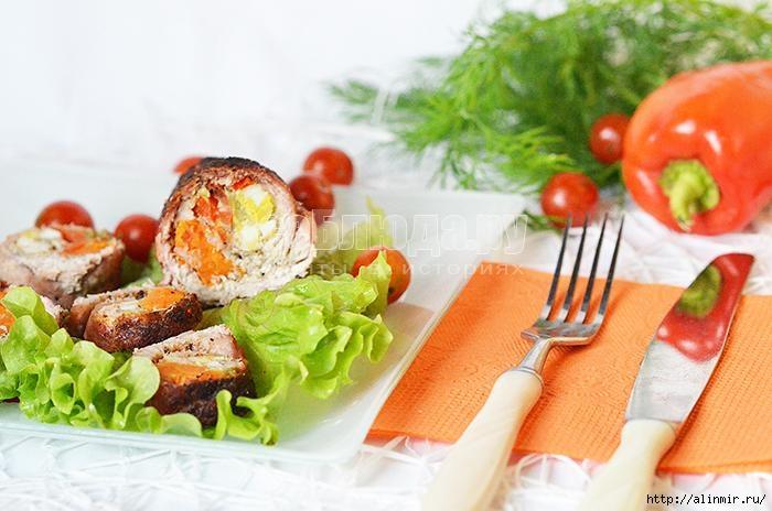 Свиной рулет с морковью, перепелиными яйцами и болгарским перцем